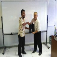 Serah Terima Cindramata Kaprodi TKJ SMK Bhakti Praja Adiwerna kepada Kaprodi TIK Poltek Negeri Jakarta